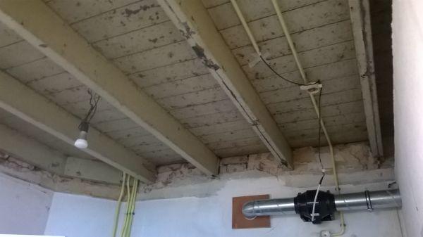 Welk hout voor rachelwerk onder houten draagbalken - Verf een houten plafond ...