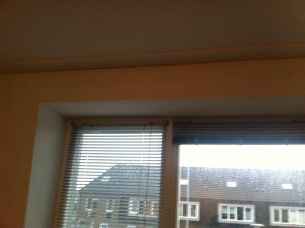 ik zou graag gordijnen op willen hangen voor het raam alleen als ik een rail of buis bevestig op de koof boven het raam kan het raam niet meer open