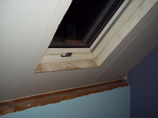 Wand op slaapkamer, onder schuin dak.