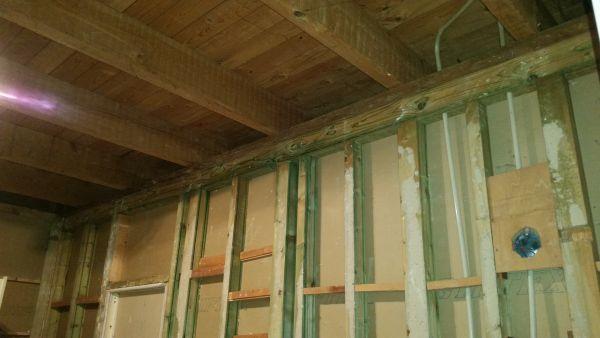 Badkamer op kleine kamer met houten vloer. Dragende muur??