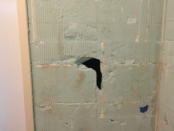 Oeps... een gat in de gipsblokken muur