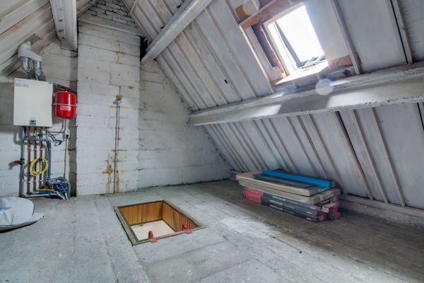 Zagen in lange betonstroken voor zoldertrap for Trapgat maken