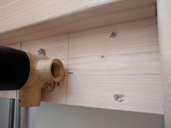 Polyester Badkamer Muur : Aansluiten mengkraan in polyester muur houtskeletbouw