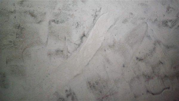 Stucen op beton maar delen poederend en kalk