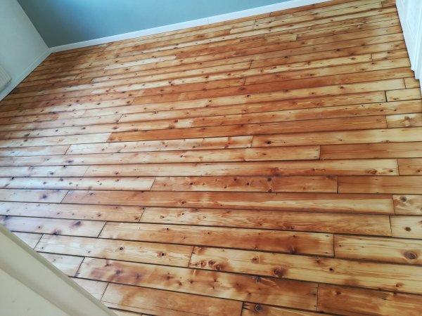 Oranje vlekken in houten vloer na olie