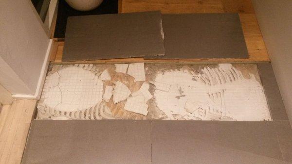 losse vloertegels op houten vloer vd kruipruimte. Black Bedroom Furniture Sets. Home Design Ideas