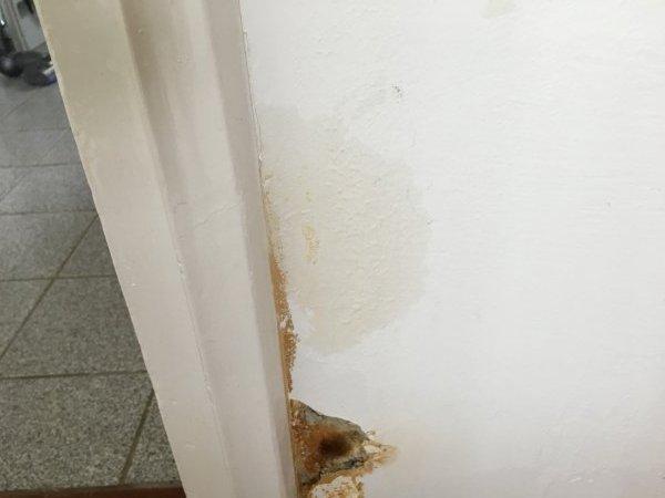 Bruine Vlekken Badkamer : Wie weet wat dit is stucwerk brokkelt af bruine vlekken