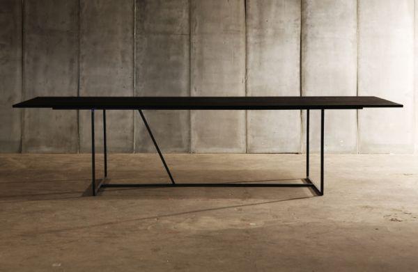 Eettafel met stalen vierkante onderstel