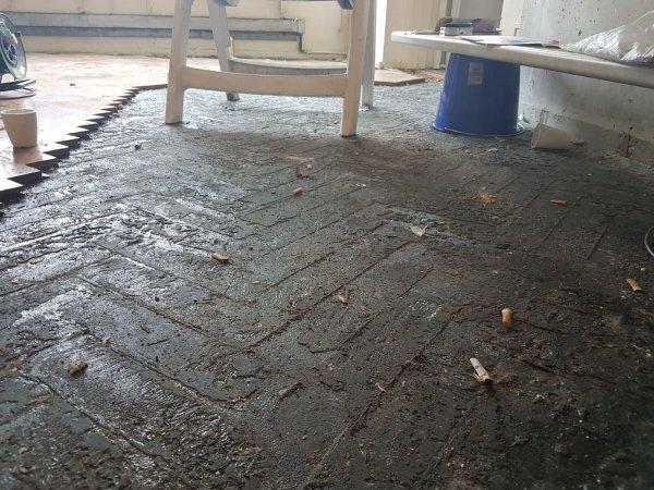 Zwarte lijm onder vissengraat vloer