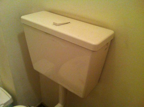 Extreem Reservoir toilet (laaghangend) moet je ingedrukt houden? GF87