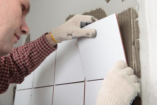 Badkamer Zelf Tegelen : Een muur tegelen klusidee